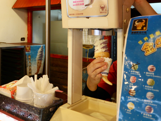 牛の角クロワッサンにソフトクリームを