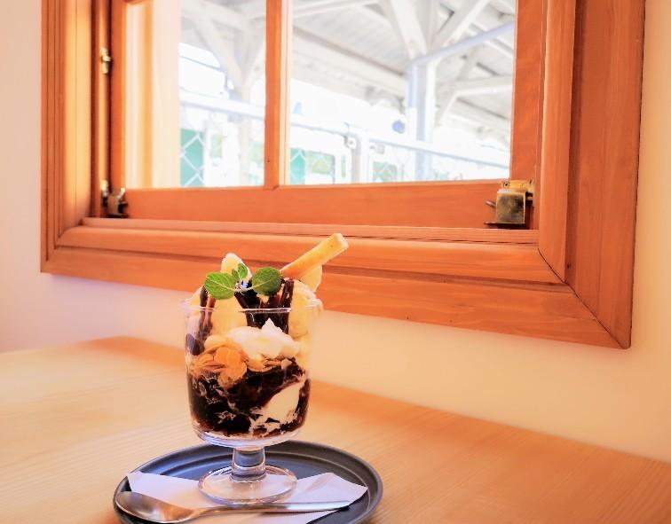 京終駅舎カフェハテノミドリ 窓辺の珈琲アイスパフェ