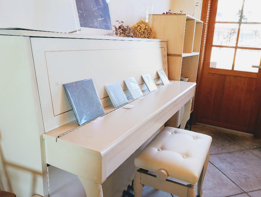 京終駅舎カフェハテノミドリ カフェ内のピアノ