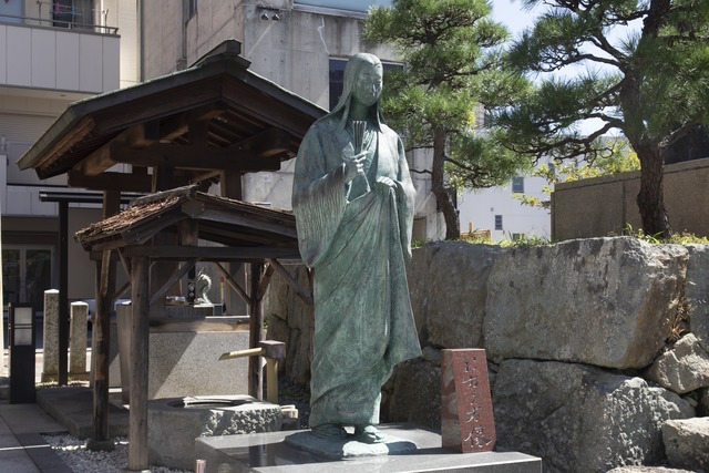 柴田神社 お市の方像