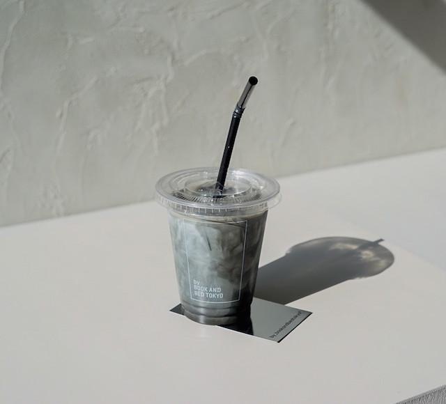竹炭のブラックラテ