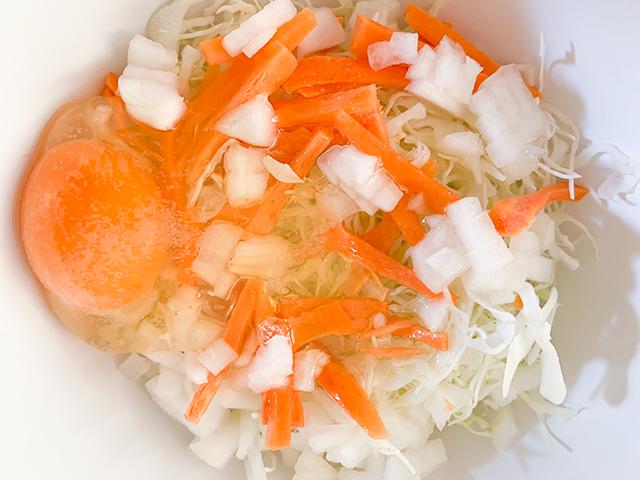 野菜と卵を混ぜる