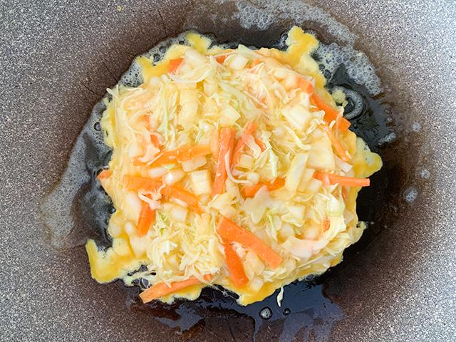 フライパンにバターを敷いて卵焼きを作る