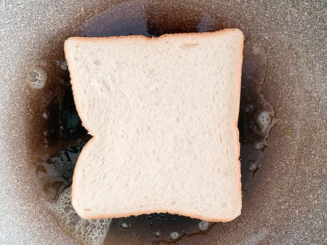 バターをたっぷり使ってパンを焼く