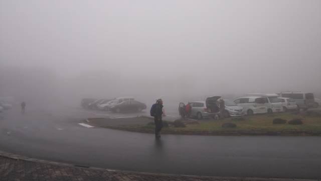 霧の駐車場