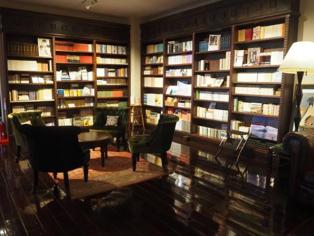 ロビーの書棚