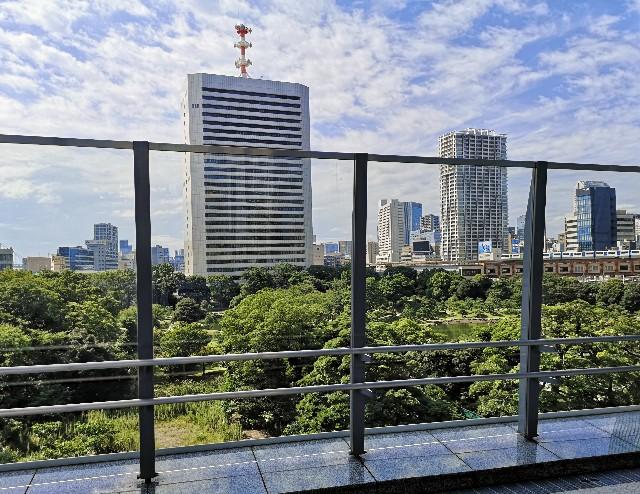 東京都・東京ポートシティー竹芝から浜松町駅への歩行者デッキからの見える旧浜離宮恩賜庭園