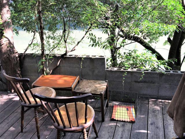 【京都】伏見稲荷大社近くの池のほとりで、香り豊かなコーヒーを楽しめる「バーミリオン・カフェ」