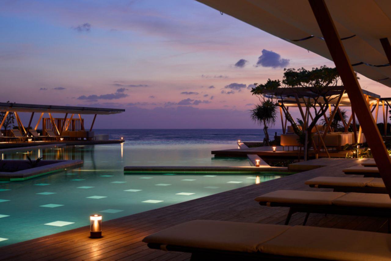 【星のや沖縄】冬の星空の下で温かいプールを楽しむ「星空ホットプール」