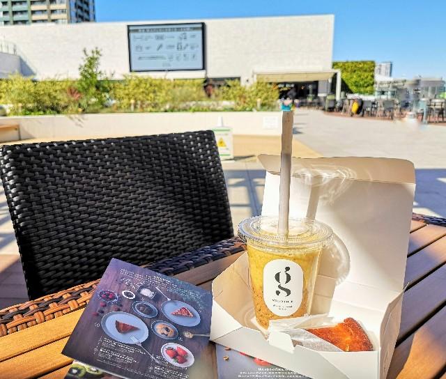 東京都・有明ガーデン「glow juice stand」テイクアウトしたスムージーと酒粕ヴィーガンチーズケーキ