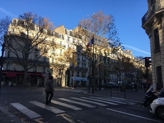 人通りの少ないパリの通り