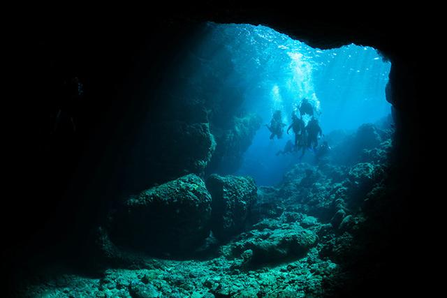 青の洞窟のような「沖縄県・真栄田岬」
