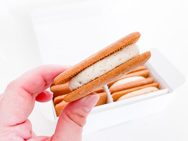 間にサンドされているのは、バタークリームではなく、バターケーキ!