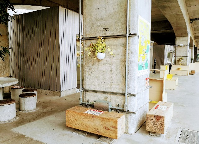 東京都・東京さんぽ「武蔵境〜武蔵小金井の高架下」MA-TOのベンチ