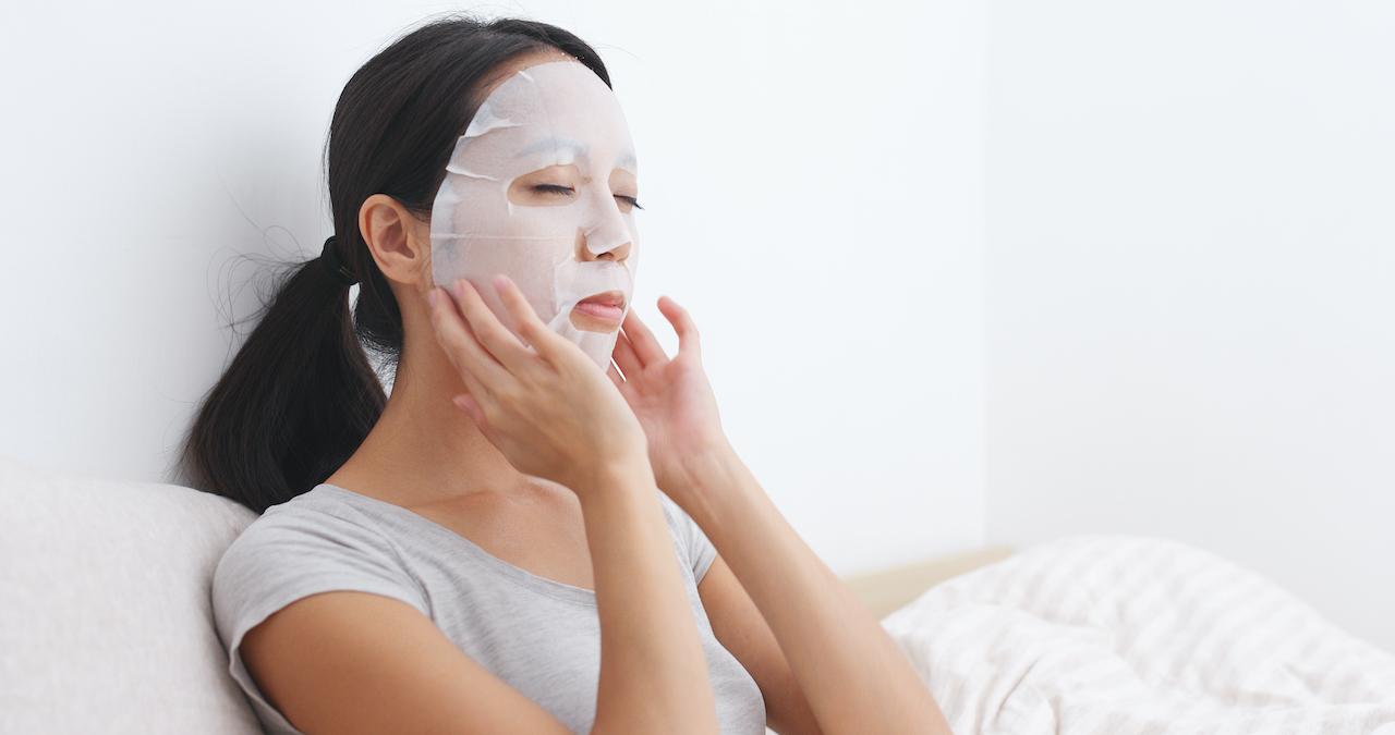 フェイスマスクをする女性
