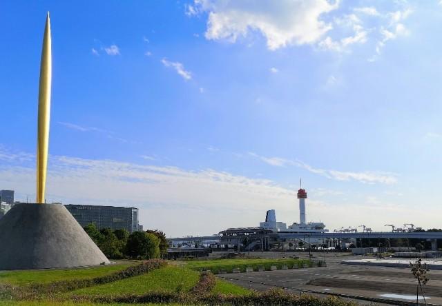 東京都お台場・自由の炎像とテレコムセンター駅方面の風景