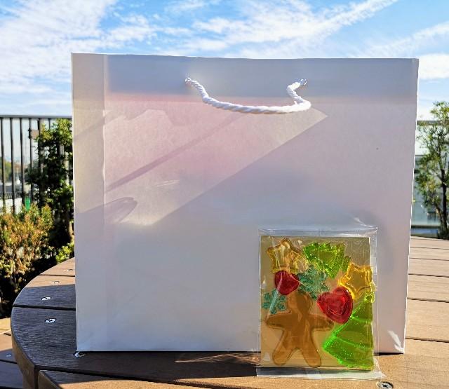 東京・小田急ホテルセンチュリータワー内サザンタワーダイニングのクリスマスケーキ「Pleasant(プレザント)」袋と飴飾り
