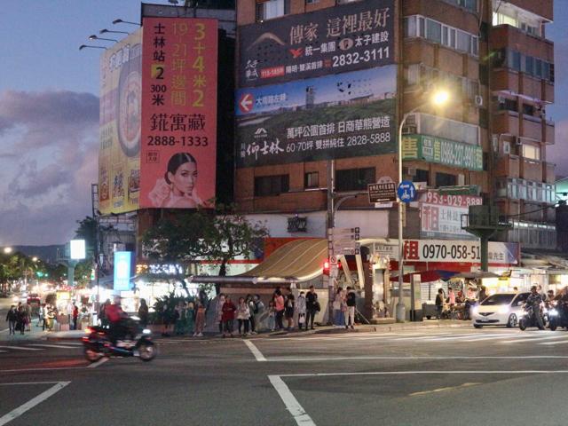 台北MRT劍潭駅から士林夜市へと向かう道
