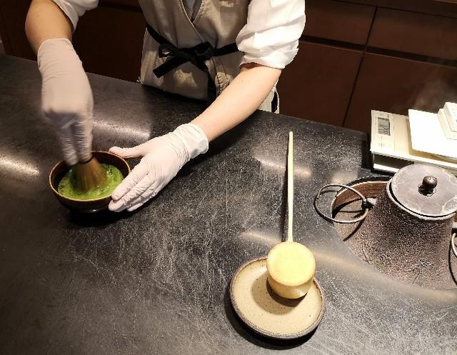 東京・御茶ノ水「RESTAURANT 1899 OCHANOMIZU」日本茶を点てている様子
