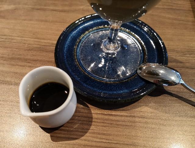 東京・御茶ノ水「RESTAURANT 1899 OCHANOMIZU」の「いちごとほうじ茶の冬色パフェ」別添えのほうじ茶カラメルソース