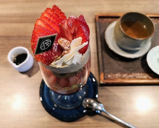 東京・御茶ノ水「Restaurant 1899 ochanomizu」の「いちごとほうじ茶の冬色パフェ」と「ほうじ茶と山椒のブレンド茶」