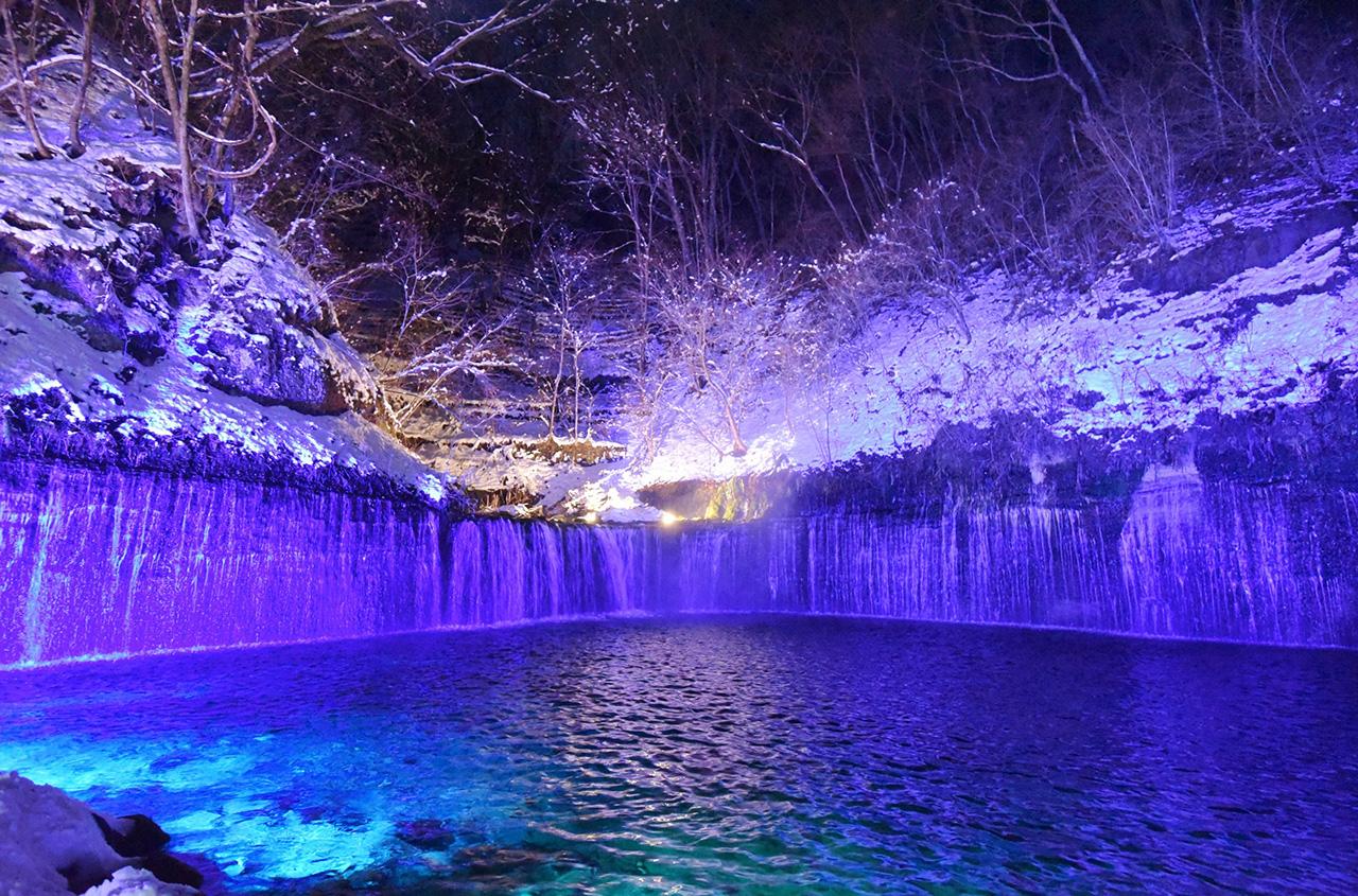 大自然を感じる幻想的なイルミネーション「軽井沢 白糸の滝 真冬のライトアップ」