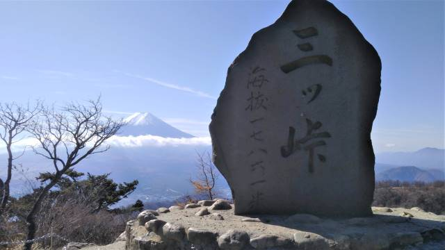 山頂石碑越し富士山