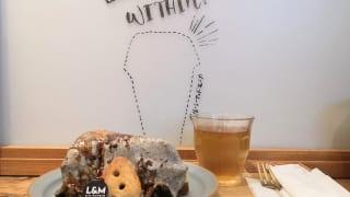 東京・町田マルイ・チーズケーキ専門店「ルーシー&モニカ」黒ゴマのレアとベイクドのチーズケーキ(イートイン仕様)とカウンター