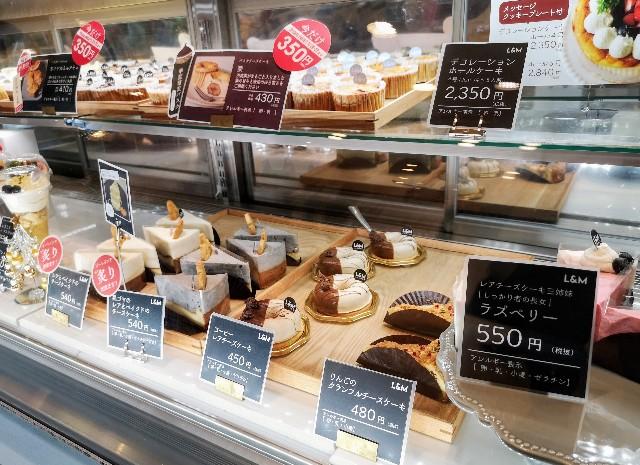 東京・町田マルイ・チーズケーキ専門店「ルーシー&モニカ」ショーケースのチーズケーキ