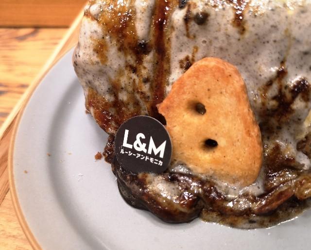 東京・町田マルイ・チーズケーキ専門店「ルーシー&モニカ」黒ゴマのレアとベイクドのチーズケーキ(イートイン仕様)チーズクッキー