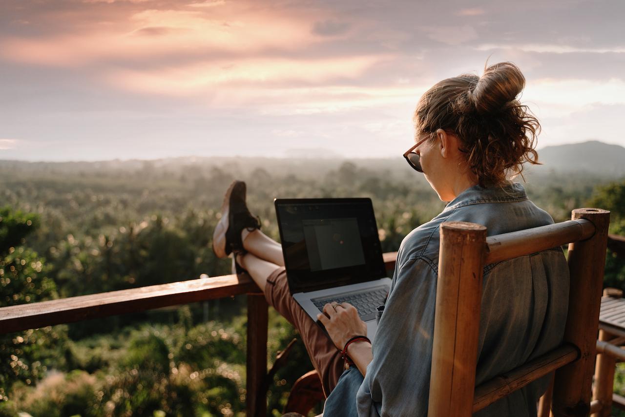 外で仕事する女性