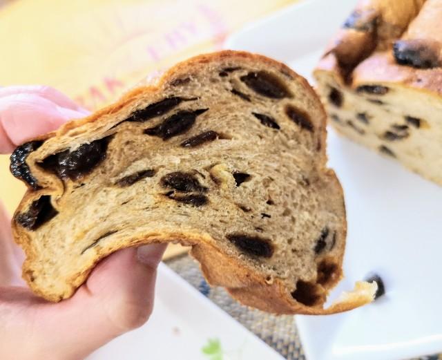 マチダベッカリー」レーズン生食パン(持った様子)