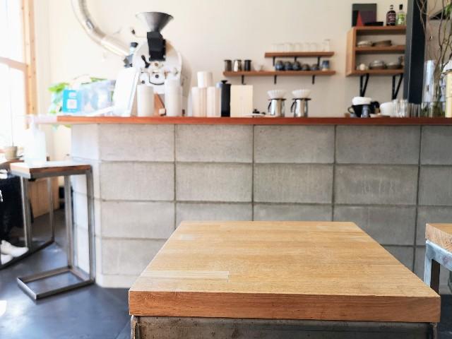 奈良県・奈良市カフェ「ANY B&B + COFFEE」店内の机