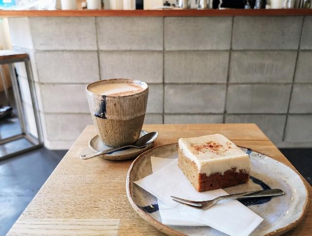 奈良県・奈良市カフェ「ANY B&B + COFFEE」チャイラテとキャロットケーキ