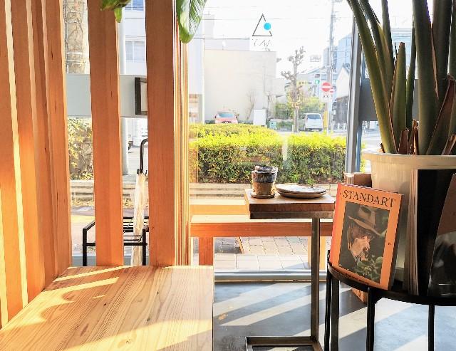 奈良県・奈良市カフェ「ANY B&B + COFFEE」窓際の席