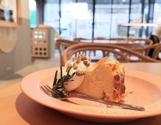 奈良県・奈良市「OTENKI PARLOR(おてんきパーラー)」りんごのチーズケーキ(横)