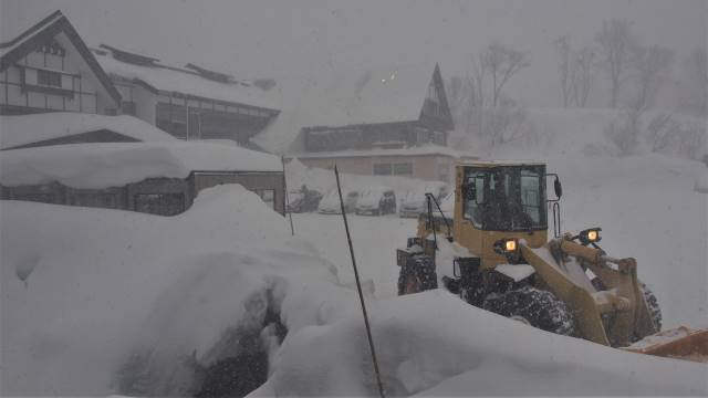 玄関前の除雪作業