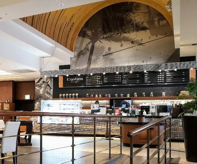 千葉県・シェラトン・グランデ・トーキョーベイ・ホテル内「カフェ トスティーナ」店内と注文カウンター