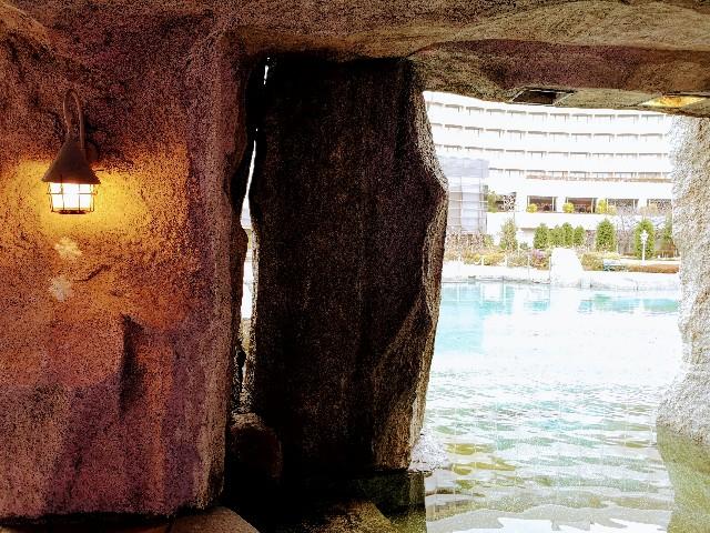 千葉県・シェラトン・グランデ・トーキョーベイ・ホテル内「カフェ トスティーナ」お庭のプール・滝の裏からの眺め