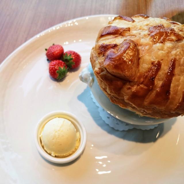 東京都・新宿「小田急ホテルセンチュリーサザンタワー」ストロベリーフェア「苺のポットパイ バニラアイスクリームとともに」ハートの飾り