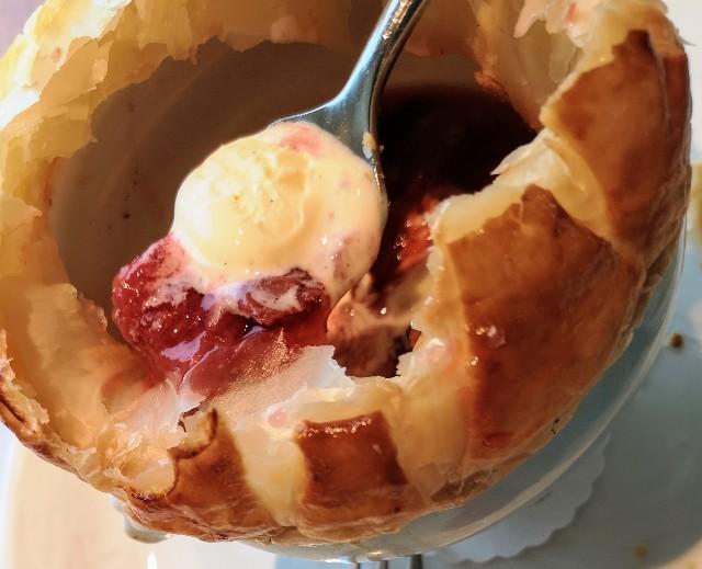 東京都・新宿「小田急ホテルセンチュリーサザンタワー」ストロベリーフェア「苺のポットパイ バニラアイスクリームとともに」スープとバニラアイス