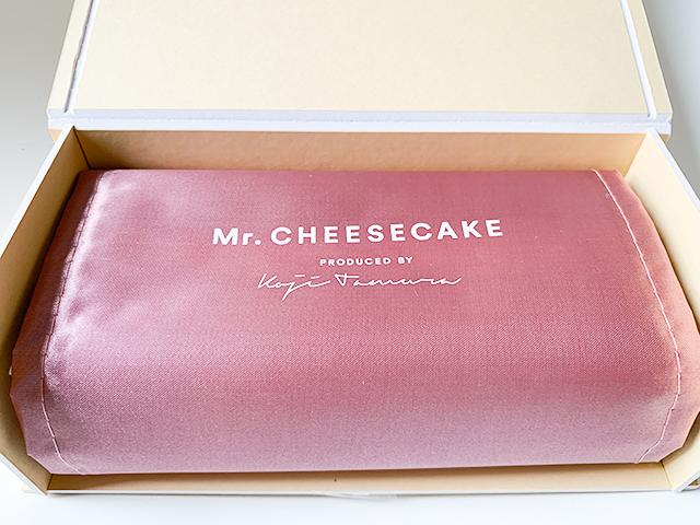 サテンの布に包まれたチーズケーキがお出まし!