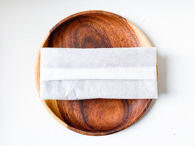 薄い紙に包まれたチーズケーキが登場