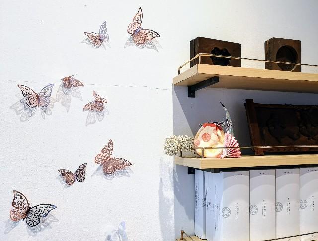 東京都淡路町・カフェ「大三萬年堂HANARE」店内の飾りと落雁の型