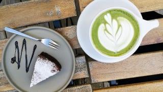 熊本県熊本市・ソーシャルデザインパークカフェ「OMOKEN PARK」抹茶ラテとチョコレートブラウニー