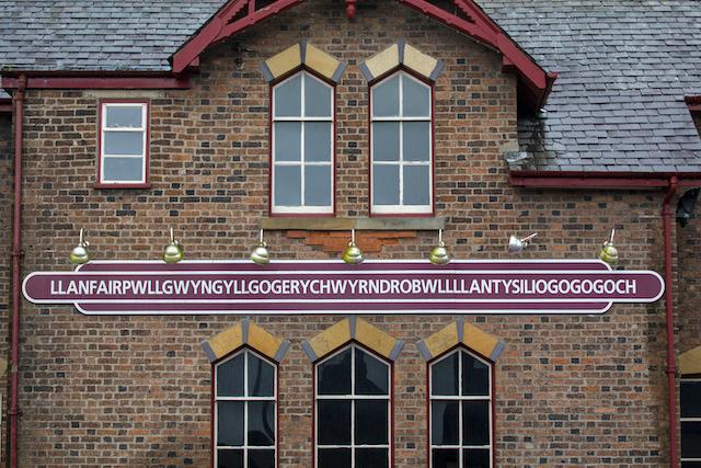 イギリス・ウェールズLlanfairpwllgwyngyllgogerychwyrndrobwllllantysiliogogogoch村