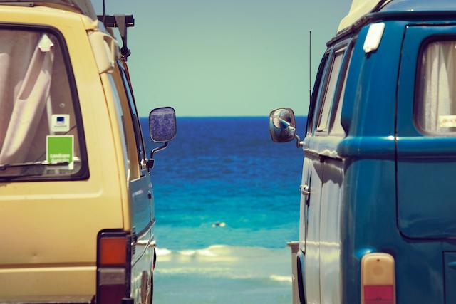 オーストラリアのビーチに止まるバン