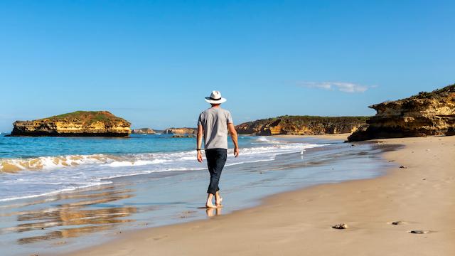 オーストラリアのビーチを歩くひと