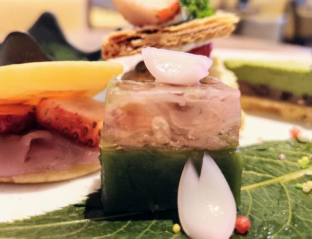 東京・御茶ノ水カフェ「RESTAURANT 1899 OCHANOMIZU(レストラン 1899 お茶の水)」メニューと1899アフタヌーンティープレート(春色羊羹(2色寄せ))