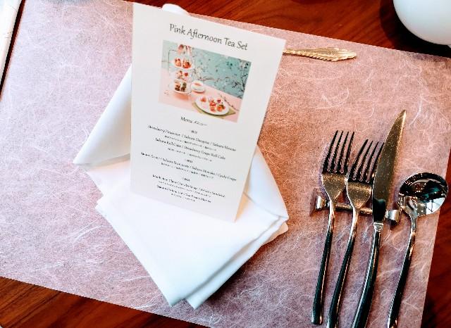 東京・台場・グランドニッコー東京 台場 「The Lobby Cafe」桜ピンクアフタヌーンティーセット(パンフレットとランチョンマット)